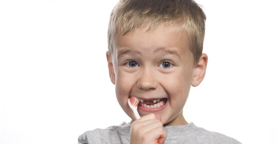 6-åring borstar tänderna